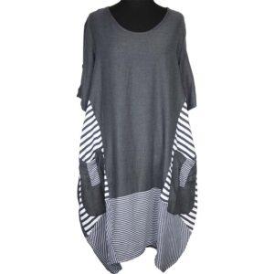 Das Kleid ist grau und seitlich und am Saum in grau-weiß gestreift abgesetzt. Es ist in der Ballonform geschnitten und hat seitlich aufgesetzte Eingriffstaschen. Die Ärmel sind 1/2 lang.
